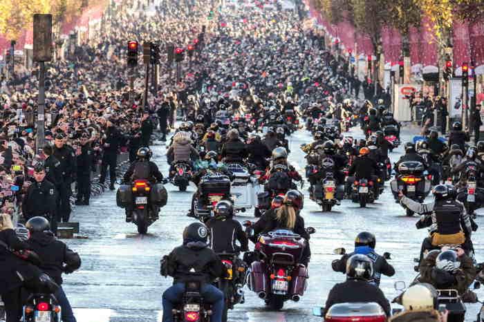 Hommage populaire rendu à Johnny Hallyday sur les Champs-Elysées le 9/12/2017
