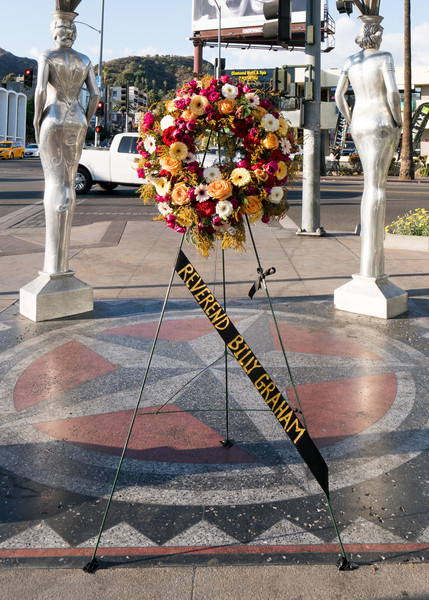 Hollywood rend hommage à Billy Graham sur le Hollywood Walk of Fame après l'annonce de sa mort