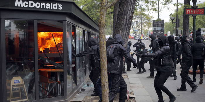 Etablissement Mc Donald's saccagé par des black blocs.