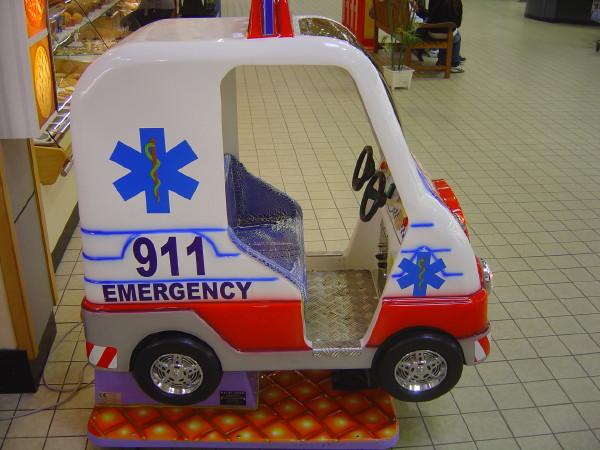 Ambulance 911 manège pour enfants dans une galerie marchande