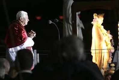 Benoît XVI agenuoillé à Lourdes