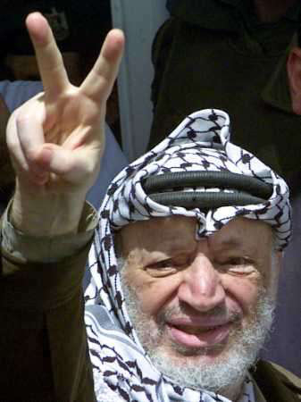 Yasser Arafat saluant du signe de la... Victoire