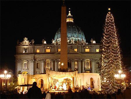 Basilique St Pierre avec son obélisque et son sapin au Vatican