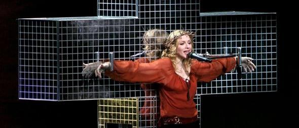Madonna simulant la crucifixion sur scène