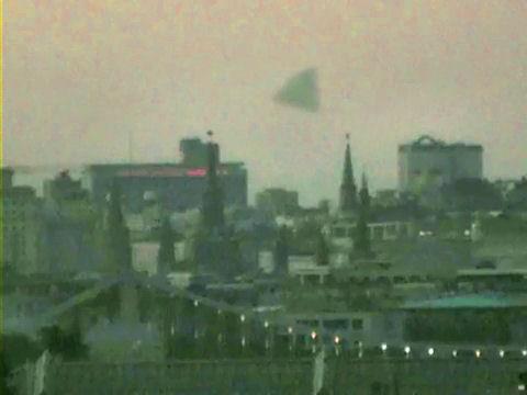 engin non identifié à forme pyramidale en évolution au-dessus du Kremlin à Moscou