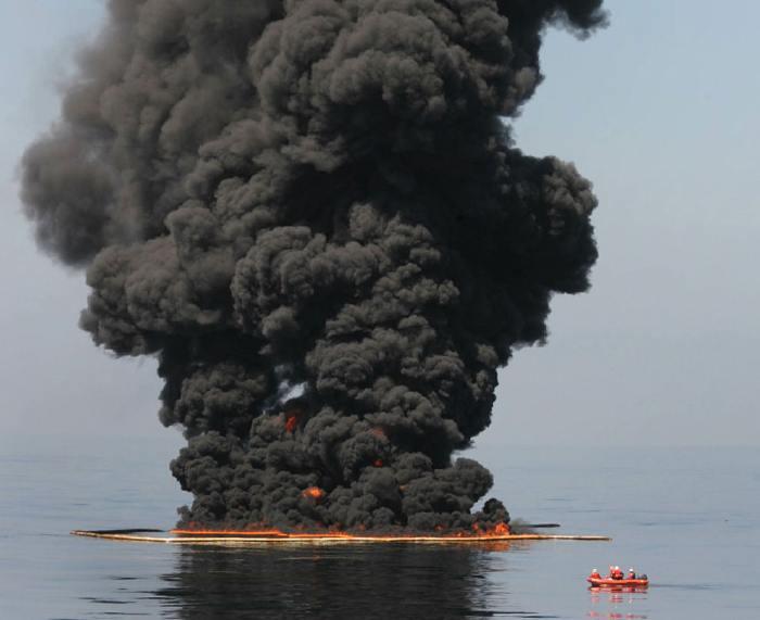 — Mise à feu d'une nappe de pétrole par agents de chez bp — Golfe du Mexique — Mai 2010 —