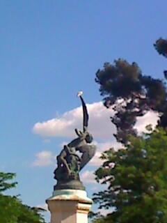 Pigeon perché au sommet de l'aile de l'ange déchu  — Fuente del Angel Caido — parc du Retiroà Madrid
