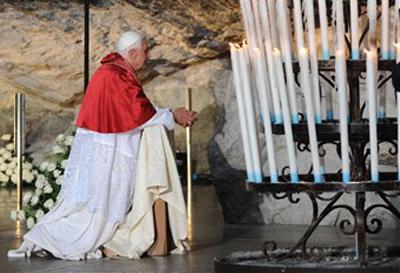 Benoît XVI agenuoillé dans la grotte de Lourdes en Septembre 2008