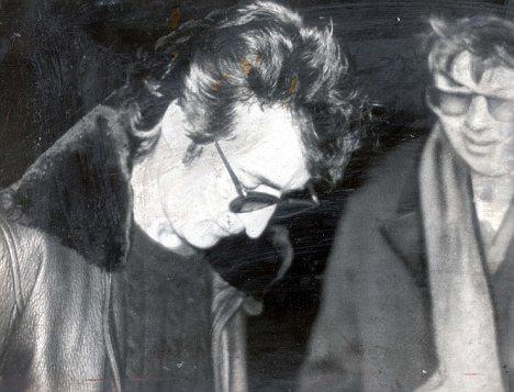 John Lennon signant un autographe pour Mark David Chapman