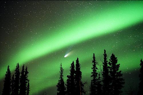 Comète Hale-Bopp photographiée dans une aurore boréale