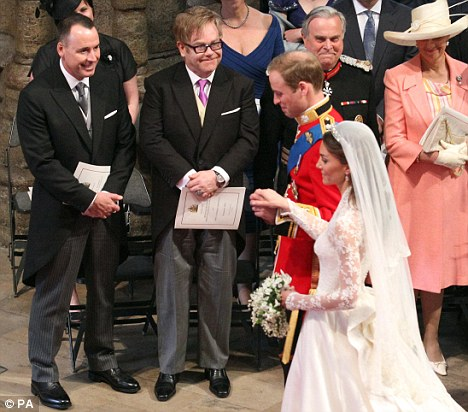 William et Kate passant devant un couple...  Sir Elton John et David Furnish, son partenaire civil<vide>