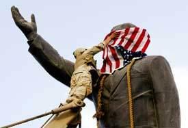 Statue de S Hussein revêtue du drapeau US