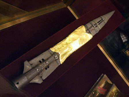 """La """"sainte lance"""" exposée dans la Schatzkämmer (""""salle aux trésors"""")   de la Hoffburg à Vienne (Autriche)"""