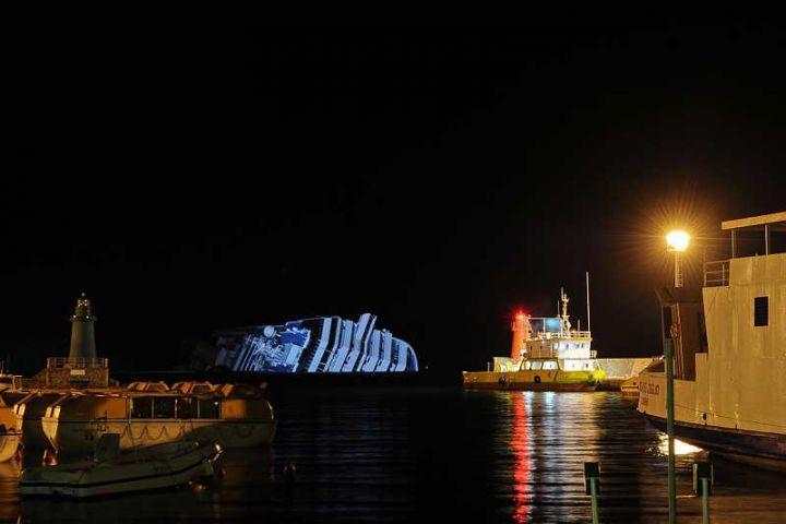 Epave du Costa Concordia vue du port de Giglio