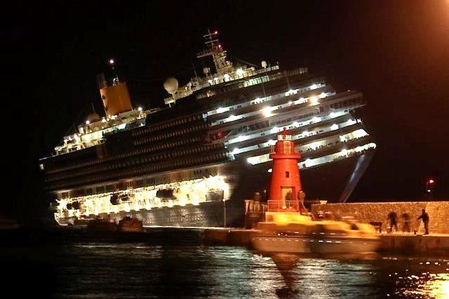 - Carcasse du Costa Concordia échoué sur tribord près de l'île du Giglio - 13 Janvier 2012 -