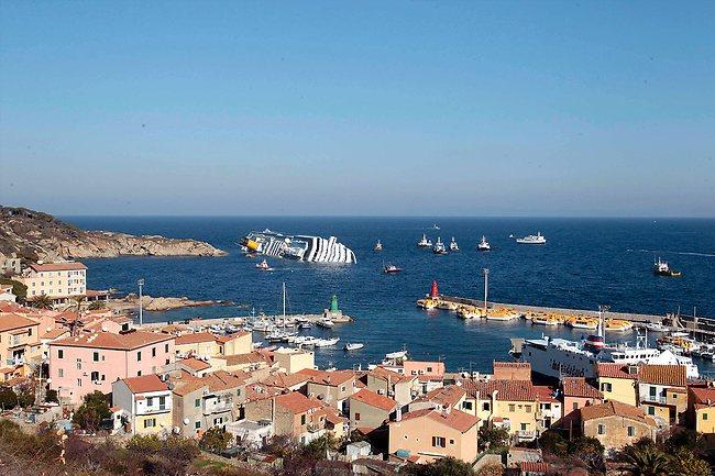 - Carcasse du Costa Concordia échoué sur tribord près de l'île du Giglio - 14 Janvier 2012 -