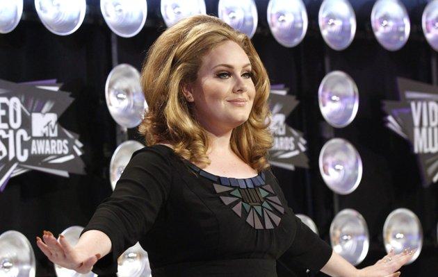 Adele, et son salut cornu, plus discrètement, avec deux doigts collés