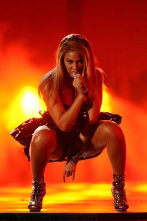 Beyonce et son salut cornu aux Grammy Awards