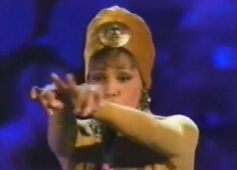 Capture d'écran youtube: Whitney Houston double signe cornu