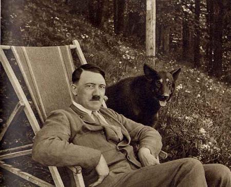 """Hitler avec son chien """"loup"""" totemique (""""Adolphe"""" étant lié au mot """"wolf"""" ou """"loup"""" en Allemand)"""