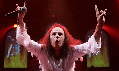Ronnie James Dio et son (double) salut cornu