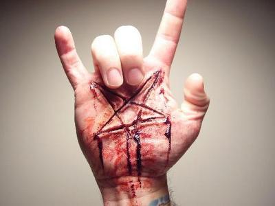 Pentagramme Satanique scarifié et salut cornu