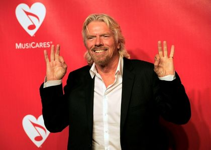 Richard Branson affichant le double salut en 666 digital