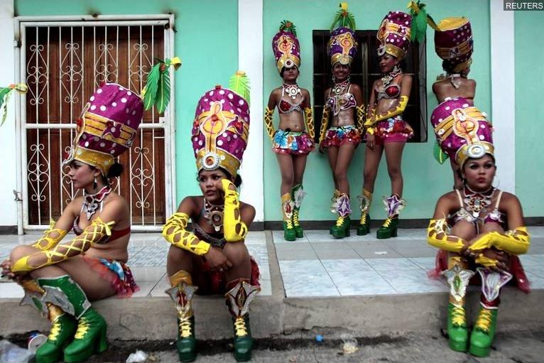 """Pause pour des danseuses en costume traditionnel   lors d'un carnaval rendant hommage à la """"Vierge Marie"""" à Granada au Nicaragua"""