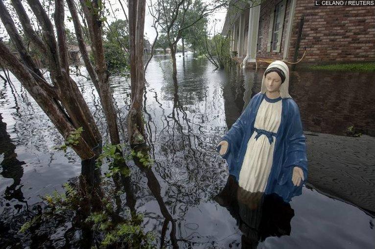"""Statue de """"La Vierge Marie"""" au milieu des inondations   provoquées fin Août 2012 par l'ouragan Isaac en Louisiane"""