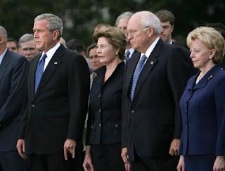 """G. W. Bush et son salut cornu """"discret""""   lors d'un anniversaire de la tragédie du 11 Septembre 2001"""