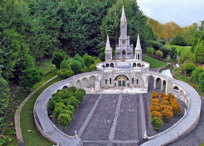 http://www.bibleetnombres.online.fr/images75/Basiliques_Lourdes.jpg