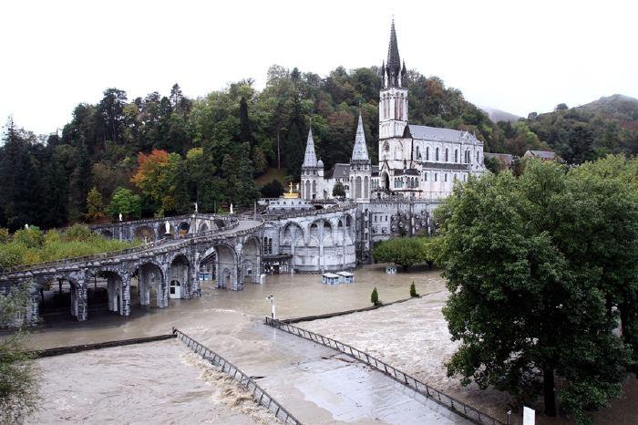 Basilique de l'Immaculée-Conception  au-dessus de la basilique Notre-Dame-du-Rosaire   pendant les inondations d'Octobre 2012