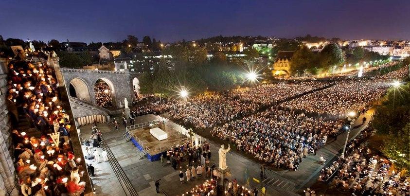 Procession nocturne devant les deux basiliques de Lourdes