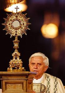 Benoit-XVI-ostensoir dans Partages et Enseignements