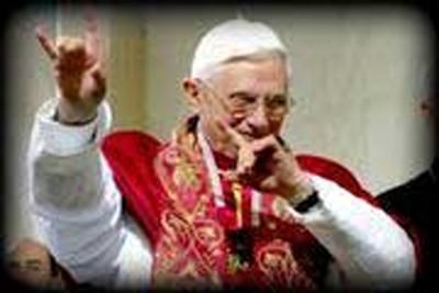 Benoît XVI et son salut cornu