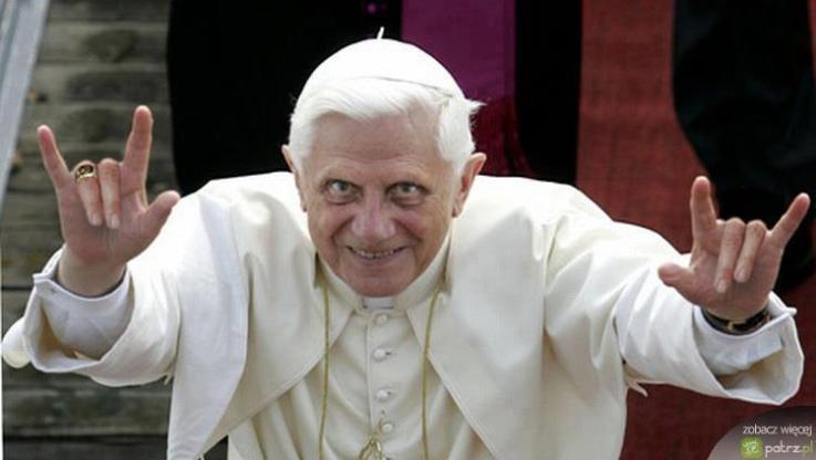 Benoît XVI et son double salut cornu