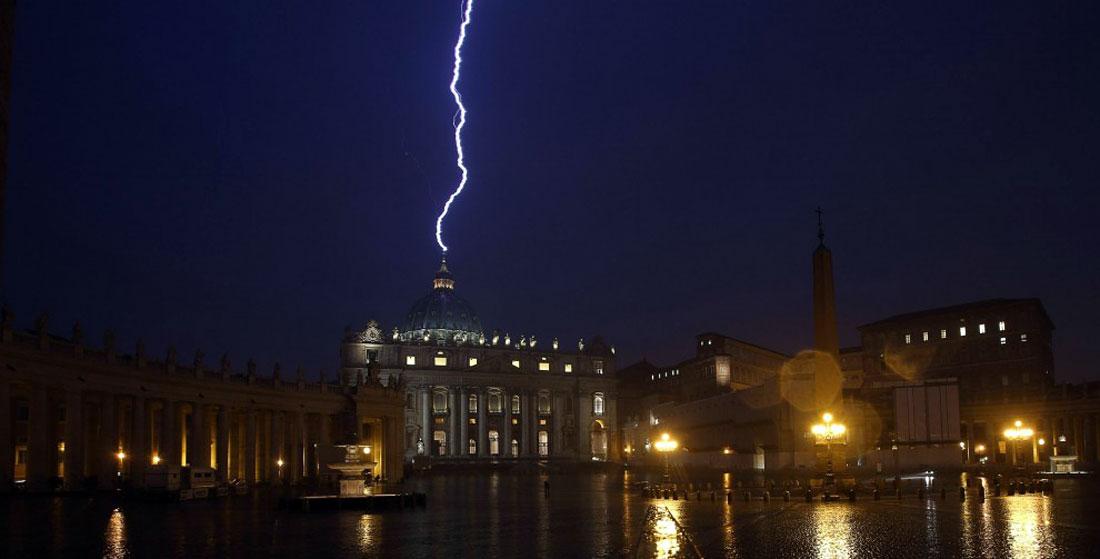 La foudre s'abat sur le dôme de Saint Pierre au Vatican, le 11 février 2013.
