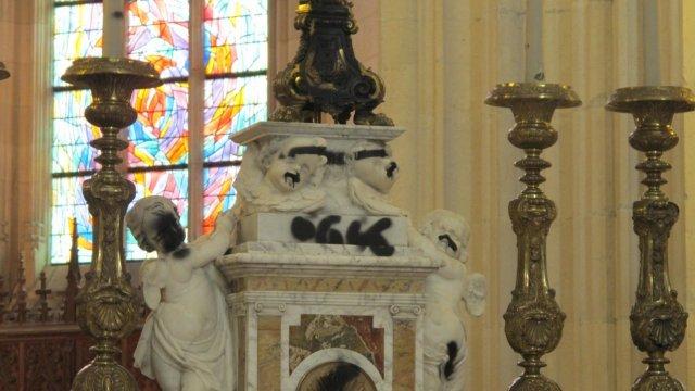Tags 666 relevés sur l'autel de la cathédrale St Pierre à Nantes au matin du 8 Juin 2013