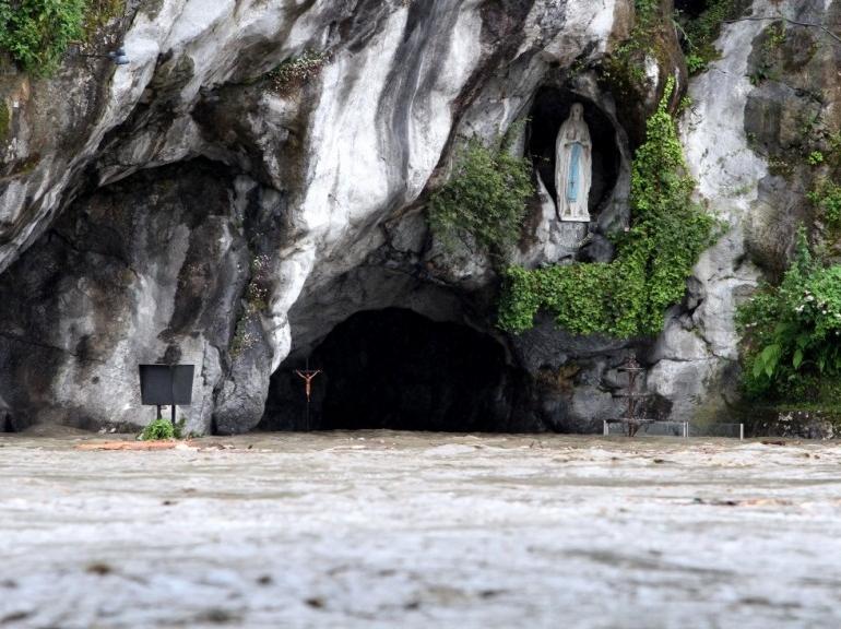Grotte de Lourdes inondée le 18 Juin 2013
