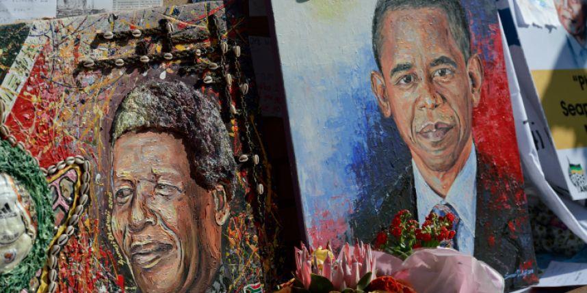 Devant la clinique de Pretoria où est soigné Nelson Mandela,   un portrait peint de lui et celui du président américain Barack Obama
