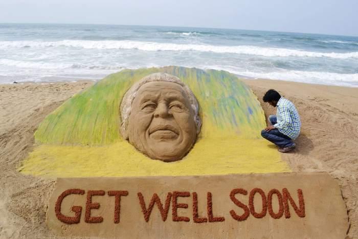 Figure de Nelson Mandela sculptée dans le sable