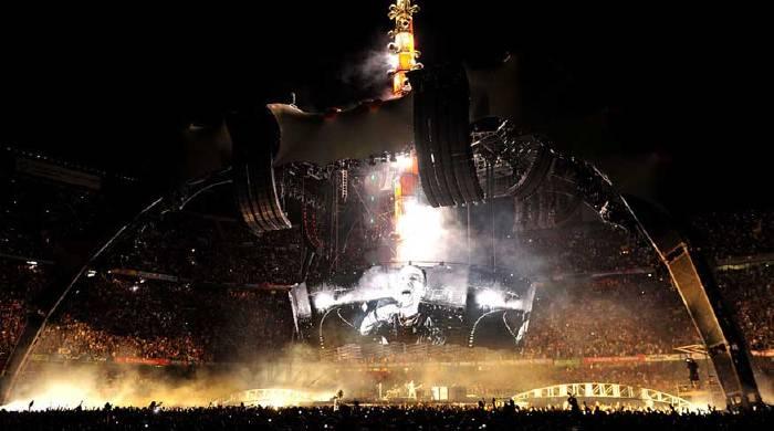 Bono au milieu du groupe U2: tournée 360°