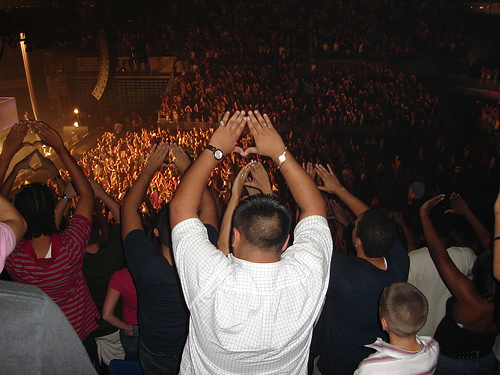Triangle des Illuminatis brandi par une foule de spectateurs